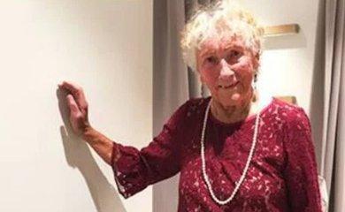 93 éves néni kérte, segítsenek eldönteni, melyik ruhát vegye fel az esküvőjére