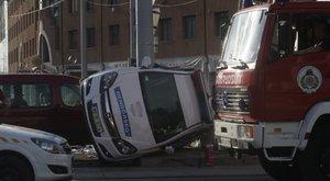 Oldalára fordult egy rendőrautó a Károly Róbert körúton – képek, videó