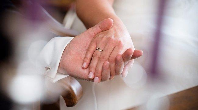 Így tönkretenni egy esküvőt: a násznagy a ceremónia közben kérte meg szerelme kezét