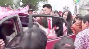Durván szedte ki a menyasszonyt az autóból - az okot sose találná ki