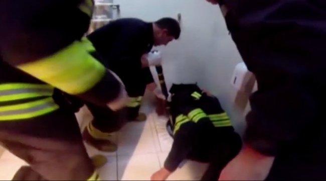 Vécébe szorult, mert a telefonját mentette - videó