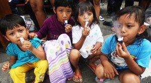 Borzalom: rengeteg kiskamasz dohányzik