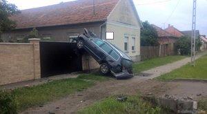 Furcsa egy parkolás: kerítés tetején landolt az autó