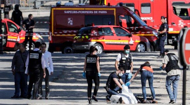 Szándékosan egy rendőrségi furgonba rohant egy autó Párizsban