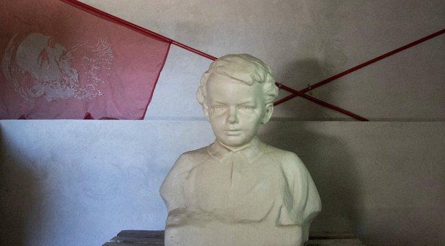 Elemlámpával lehet csak megnézni a gyerek Lenint