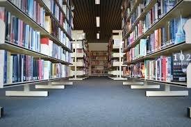 Óvszercsomagolást hagyott a könyvtári könyv közepén az ELTE diákja