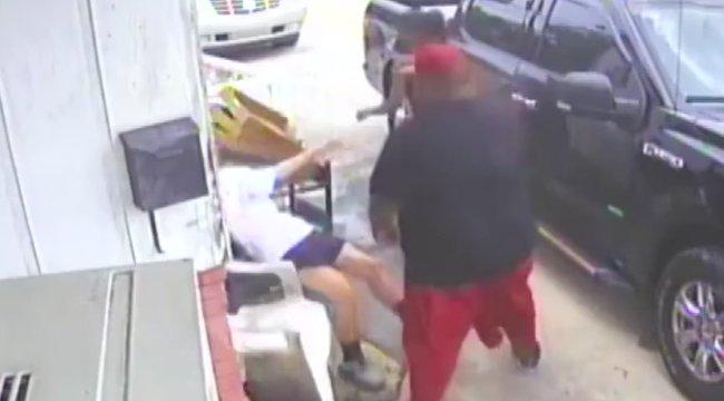 Csúnyán megverték az asszonyt és tinilányát egy adag sült krumpli miatt - videó