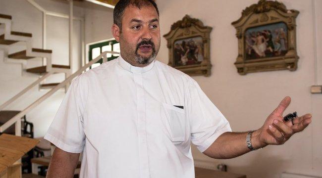 Püspök áldotta meg a kocsmából épített kápolnát
