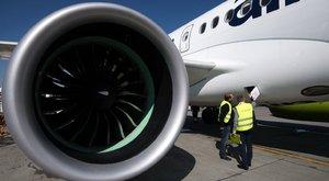 Őrült! Pénzt dobott a repülő turbinájába