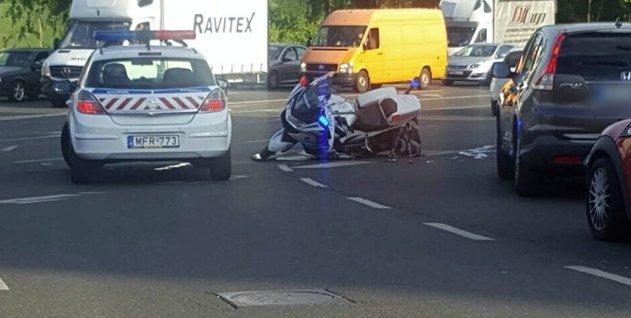Motoros rendőrt ütöttek el Budapesten – képek