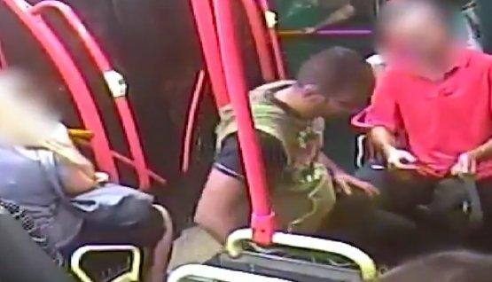 Letépte a nőről a nyakláncot a buszon, majd leugrott és elmenekült
