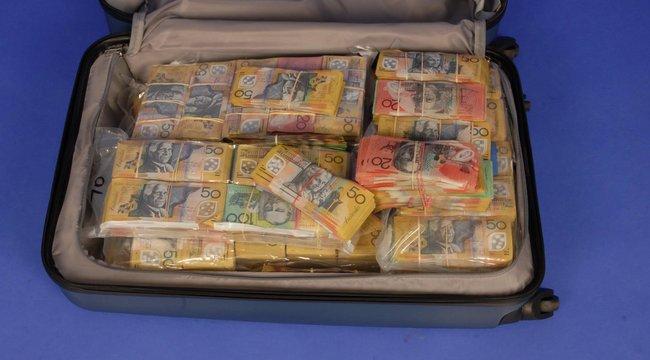 Keresik a rendőrök a bőröndben talált 435 millió gazdáját