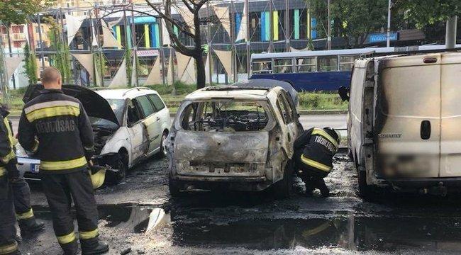 Menet közben gyulladt ki a kocsija, majd beparkolt két autó közé Újpalotán – képek