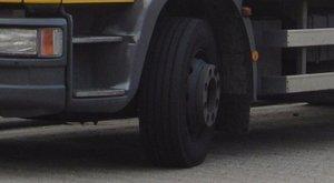 Súlyos baleset: tehergépkocsi csapódott egy házba Zalában