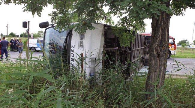 16-an sérültek meg a Ceglédnél felborult busz utasai közül