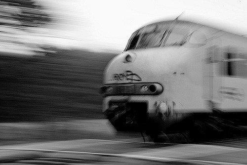 Vonat ütközött személyautóval Debrecen közelében, az autó sofőrjét tűzoltók mentették ki