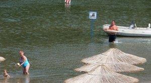 Napernyő fémnyele vezette a villámot a strandoló nőkbe Csongrádon