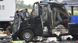 Megszűnt a kisbusz eleje a biharkeresztesi balesetben - fotók