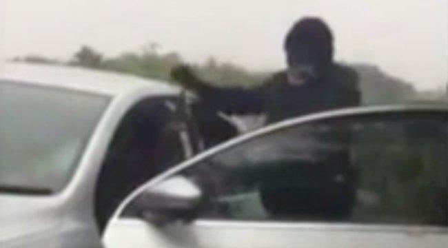 Fejszével támadtak rá egy kocsiban ülő emberre