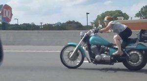 Őrült táncot járt a motoron egy nő