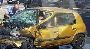Személyautó és BKK-busz ütközött, egy ember meghalt