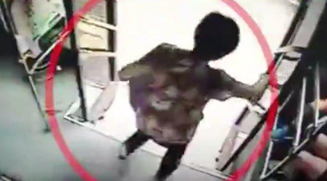 Menetközben szállt le a buszról, borzalmas, mi lett a vége – videó