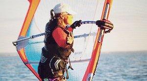 Két órán át hánykolódott a Balatonban a szörfdeszkás