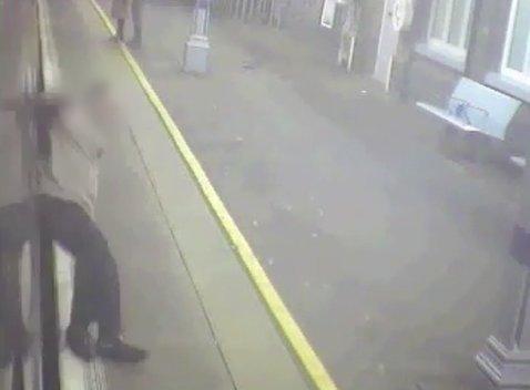Abban a pillanatban, hogy leszállt a vonatról, a sínek közé zuhant – videó