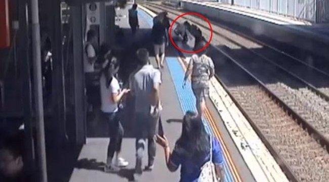 Vonat elé zuhant a babakocsi, amíg az anya a másik gyerekére figyelt