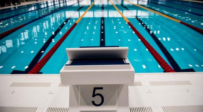 Életmentő műtéteken esett át a 65 éves úszó
