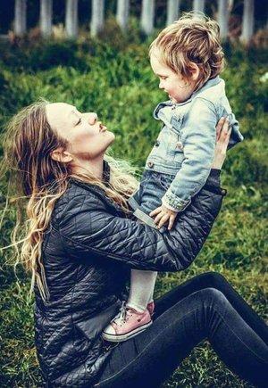 Borzalmas, miért vágatta kopaszra kétéves kislányának a gyönyörű szőke haját