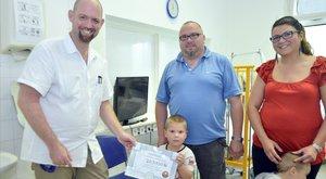 Kómába esett kisfiú:703 ezer forinttal hálálták meg Samu megmentését