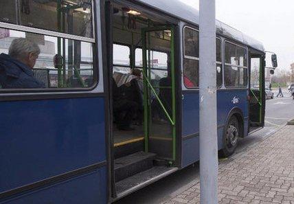 Sav marta a 31-es buszon utazó Kornélia lábát
