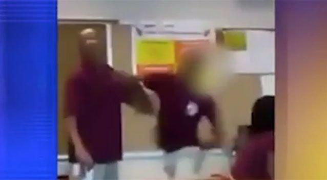 Rommá verte tanárát egy középiskolai diák