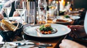 Csettintgetés, késnyalás és kaja-szelfik - íme a legidegesítőbb éttermi szokások
