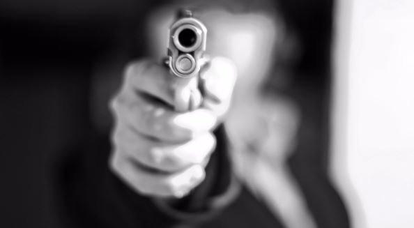 Átszakították az úttorlaszt, a rendőrök fegyverrel fékezték meg őket