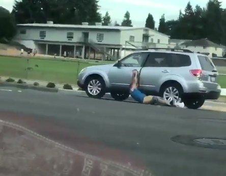 Száguldó autó húzta végig a csupasz fenekű tolvajt az aszfalton – videó