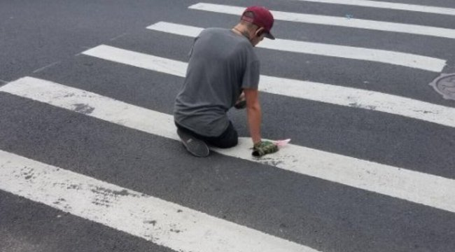 Sétált az úton, aztán hirtelen eltűnt az egyik lába – videó