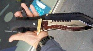 Őrült nagy kést cipelt a londoni katedrálisnál, senki sem sejti, mire készült
