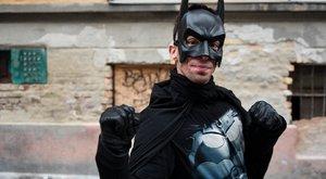 Pesten járőröz a magyar Batman - szürreális képek