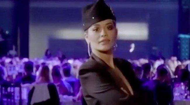 Vajon a Szigetre is ilyen ultraröhejes ruhában jött volna Rita Ora?