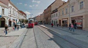 Botrány Miskolcon: megütötték a villamoson a terhes kismamát