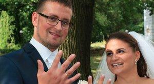 Ismeretlen motorostól kaptak pénzt a friss házasok