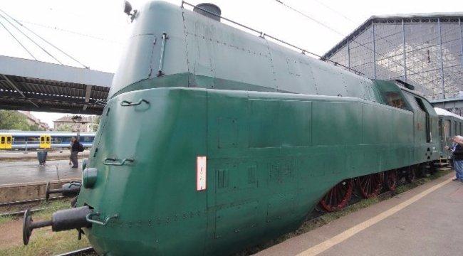 Nem, ez nem egy tank, hanem a MÁV 160-nal repesztő gőzmozdonya