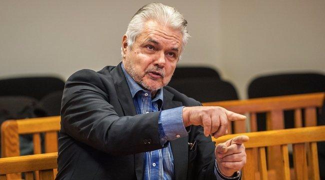 Fenyegető levelek miatt tart fegyvert Oszter Sándor