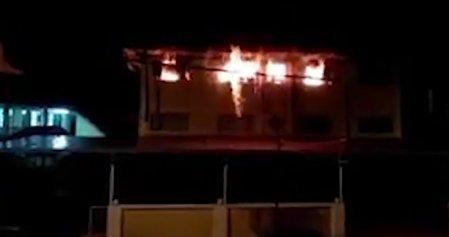 Legkevesebb 22 diák halt meg a tűzben, mert az iskola ablakain rács volt, a menekülőutat pedig eltorlaszolták - videó