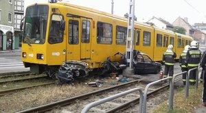 Borzalmas baleset: villamos ütközött autóval Zuglóban – fotó