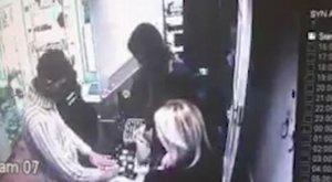 Bűvészmutatvánnyal loptak 8,5 millió forintnyi ékszert – videó