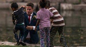 Éppen fotózták az ifjú párt, amikor a vőlegény a tóba ugrott