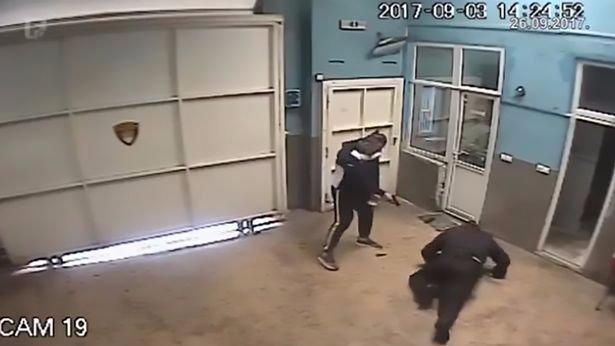 Kezében fegyverrel menekült ki a szigorúan őrzött börtönből egy rab – videó